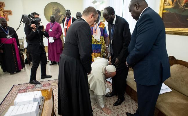 El Papa besa los pies a los líderes de Sudán del Sur