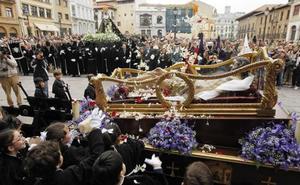 Las procesiones obligan a cortar al tráfico numerosas vías de Oviedo