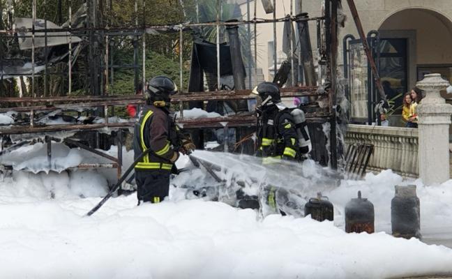 Un incendio calcina el camión-churrería situado en pleno centro de Vegadeo