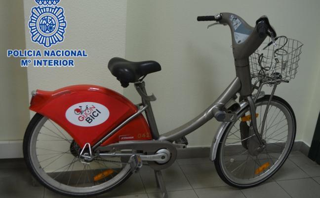 Cae el 'ladrón de los Dacia', que se desplazaba en una bicicleta municipal robada