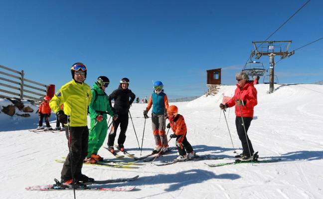 Los esquiadores apuran la nieve de la primavera