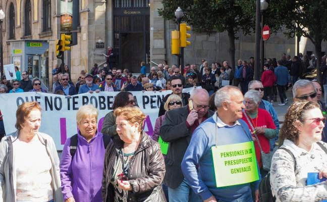 Medio millar de personas urgen el blindaje constitucional de las pensiones en Gijón