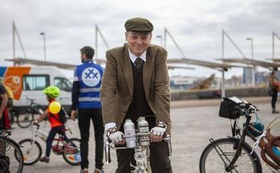 Niños, ciclistas de época y superhéroes, en la bicicletada medioambiental de Gijón