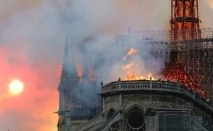 Espectacular incendio en la catedral de Notre Dame en París