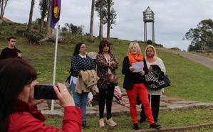 Familiares de Les Candases participan en el homenaje a la República en Carreño