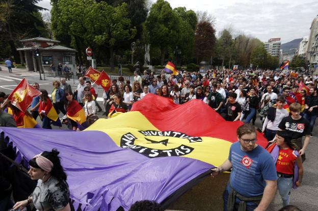 Cientos de personas cruzaron el centro de Oviedo con la manifestación a favor de la República. / PABLO LORENZANA