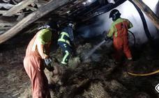 Dos incendios, en Carreño y Avilés, calcinan un pajar y las habitaciones de una vivienda