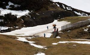 Una tromba de agua deja al mínimo la nieve en las pistas de esquí de Valgrande-Pajares