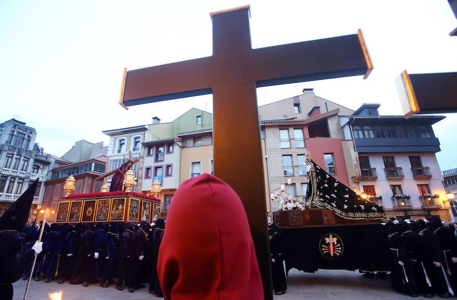 La procesión de Nuestro Padre Jesús Nazareno recorre las calles de Oviedo