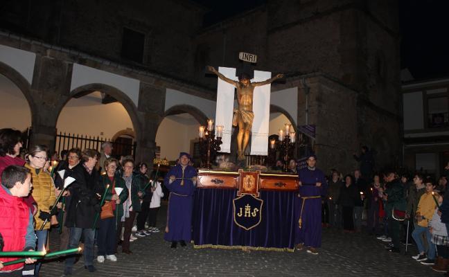 Las velas iluminan la procesión del Silencio