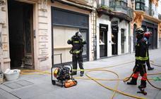 Los bomberos sofocan un incendio en un edificio ocupado en la calle Corrida