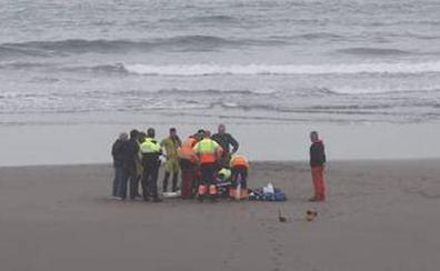 Fallece un vecino de Siero de 69 años mientras se bañaba en la playa de Salinas