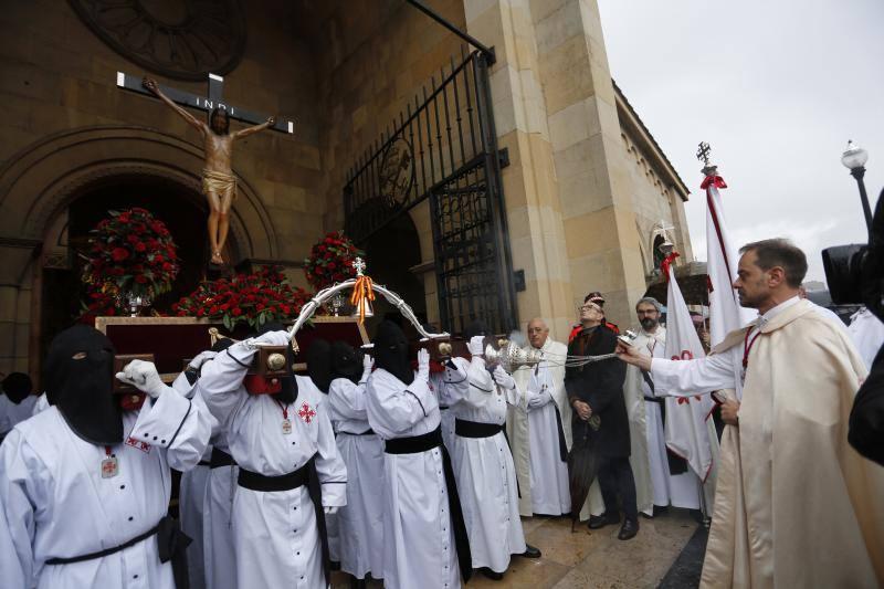 El mal tiempo frena la salida del Vía Crucis