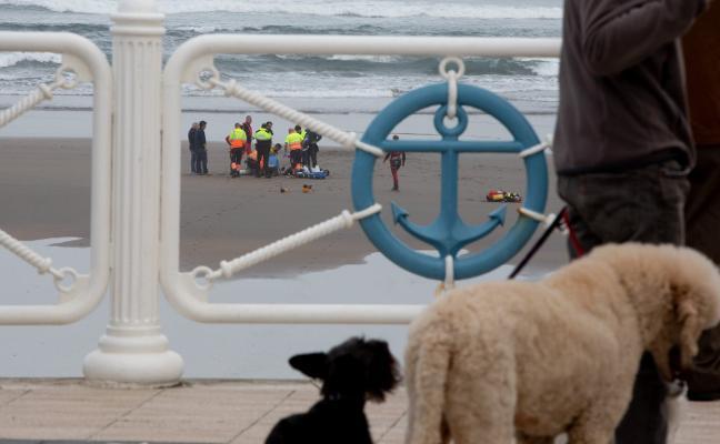 Fallece ahogado un sierense tras caer en un pozo de la playa de Salinas