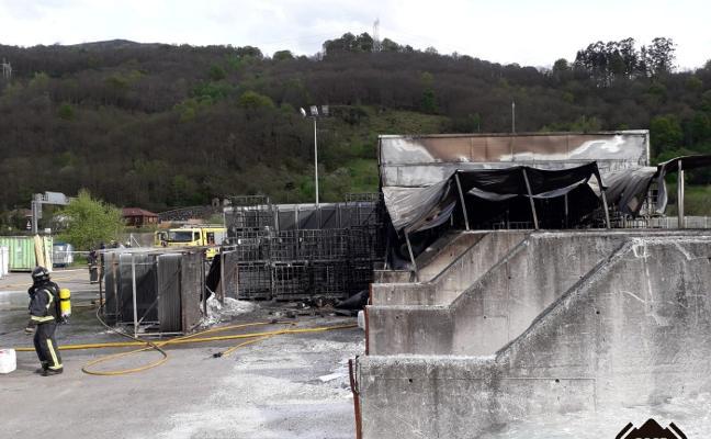Un intoxicado por humo en el incendio en una nave del polígono de Villallana
