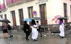 La lluvia y el granizo impiden salir a las primeras procesiones de Sevilla