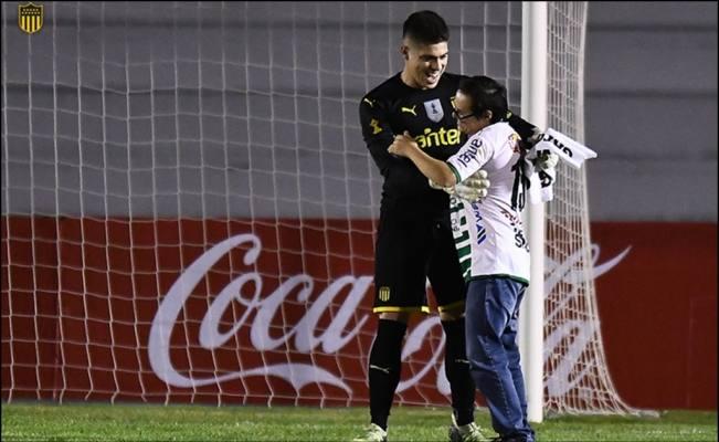 La magia del fútbol o el precioso gesto del portero de Peñarol con un aficionado con síndrome de Down