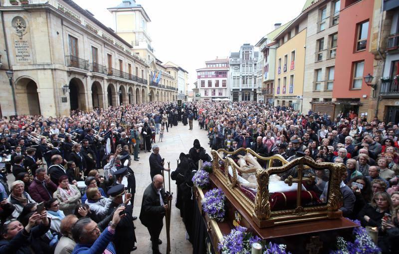 Gran afluencia en la procesión del Santo Entierro en Oviedo