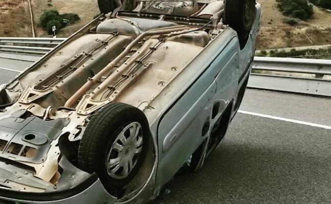Un kamikaze vuelca con su coche en la autovía A-63 en dirección a Grado