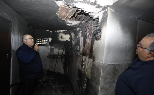 Desalojan un edificio con seis viviendas en Riaño tras incendiarse la caja de contadores