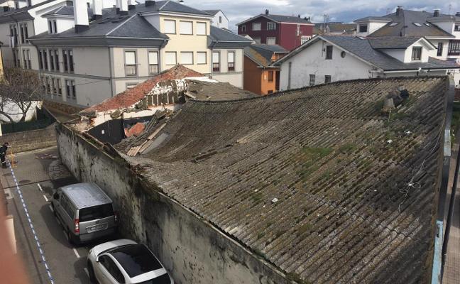Acordonan el entorno de una discoteca de Tapia tras derrumbarse su techo