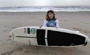 La surfista Carmen López: «No hay nada imposible, las barreras las pones tú»