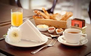 Saltarse el desayuno y cenar tarde, una combinación letal