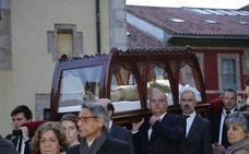 El Santo Entierro llena las calles de Llanes
