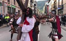 El Vía Crucis viviente de la Semana Santa de Infiesto vive una de sus ediciones más exitosas