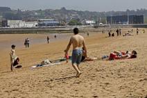 Los turistas disfrutan del buen tiempo en Gijón
