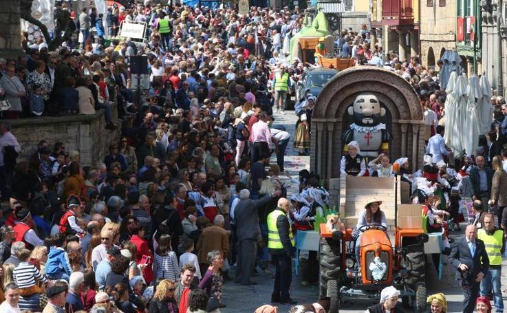 Desfile de carrozas de El Bollo por las calles de Avilés
