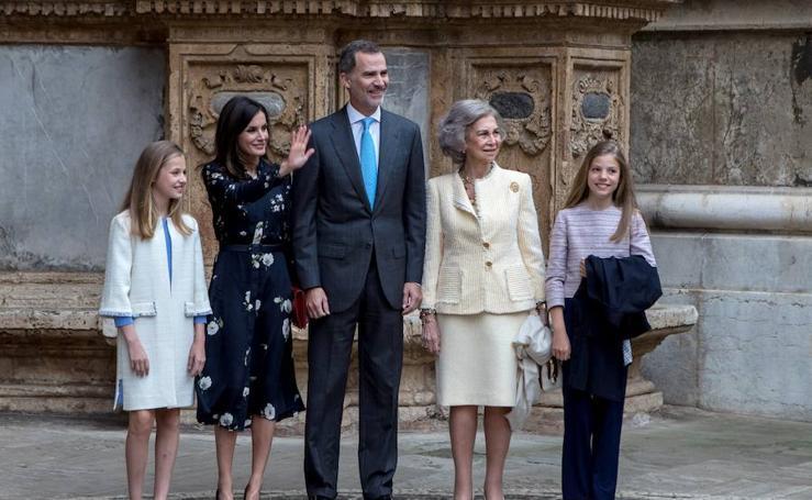 Los Reyes Felipe y Letizia asisten junto a sus hijas y Doña Sofía a la misa de Pascua en Palma