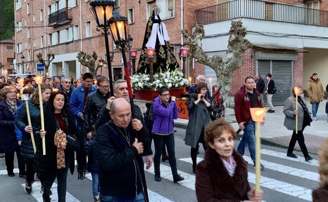 La Virgen de La Soledad recorre las calles de Blimea en procesión
