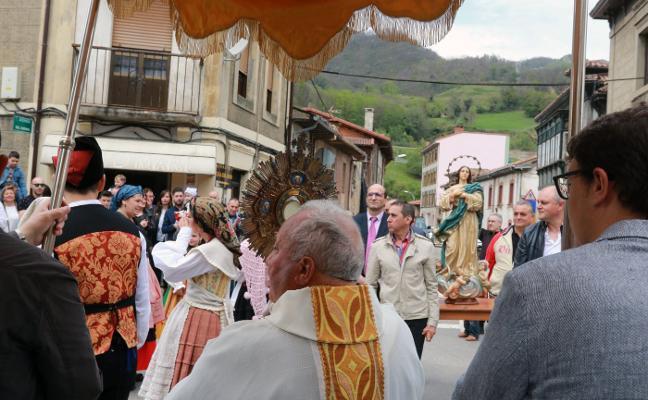 El Santo Encuentro de Campomanes pone el broche a la Semana Santa