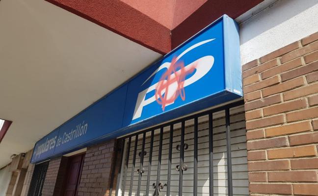Pintada en la sede del PP y retirada de pancartas en la pasarela de La Vegona