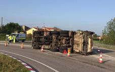 Vuelca un camión de la basura en la rotonda de Argüelles, en Siero