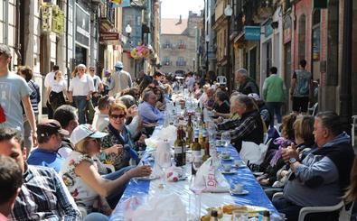 Multitudinaria comida en la calle para 15.000 personas en Avilés