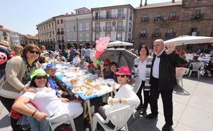 Miles de personas disfrutan de la Comida en la calle de Avilés