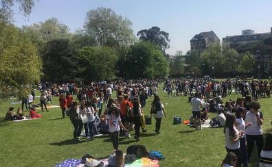 Comida en la calle para 4.000 personas sobre el césped del parque de Ferrera