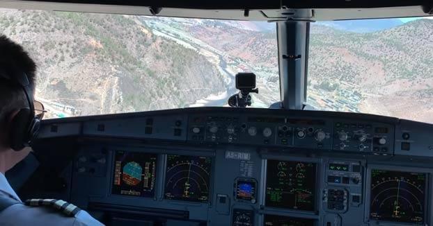 Así se aterriza en el único aeropuerto de Bután, el más peligroso del mundo