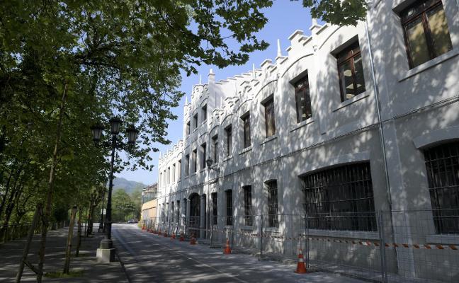 Retiran parte del andamiaje del edificio de oficinas de la fábrica de armas de Trubia