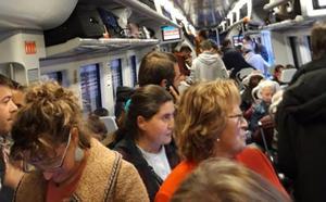 Ocho horas de retraso en un vuelo a Barcelona y 130 minutos en un Alvia a Gijón