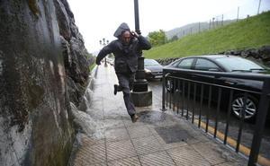 La fuerte tormenta provoca incidencias eléctricas en Oviedo