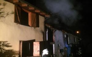 Desalojada una pareja de una vivienda por un incendio en Cabranes