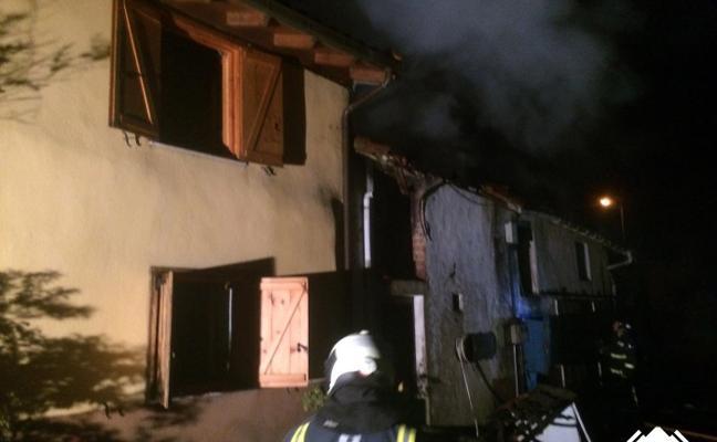 Desalojado un matrimonio por un incendio en su vivienda de Cabranes