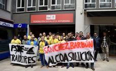 Protesta de los trabajadores de Alcoa frente a la sede de la FSA en Oviedo
