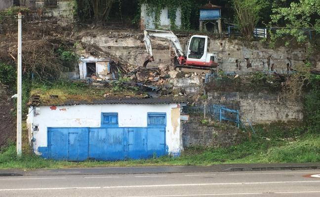 Comienzan los derribos de edificios en ruina a la entrada de Sotrondio