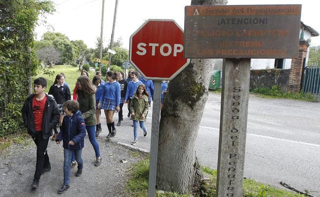 Vecinos de Castiello reúnen más de mil firmas para pedir una línea de autobús