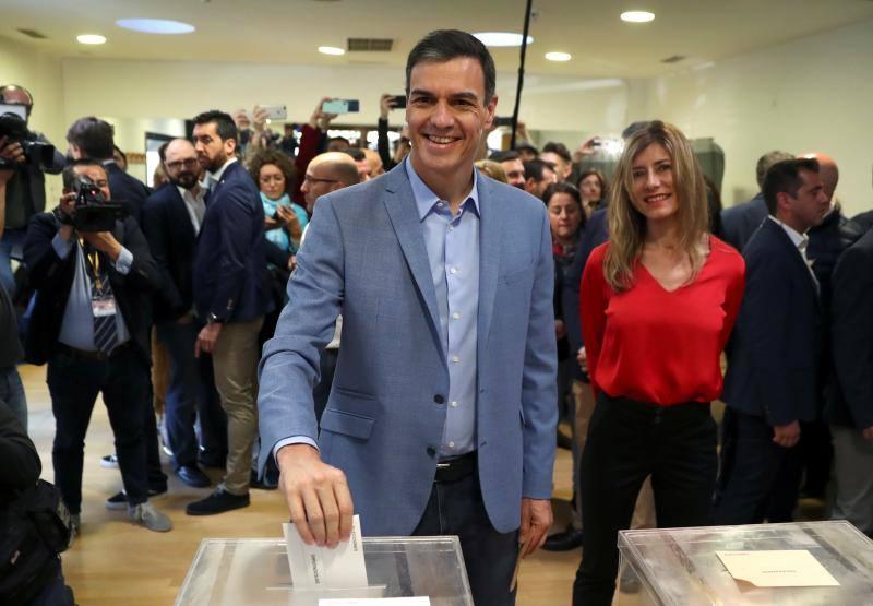 Los candidatos a presidente ejercen su derecho a votar