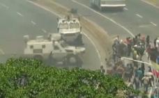 VÍDEO: Una tanqueta arrolla a varios manifestantes en pleno levantamiento en Caracas durante el alzamiento militar en Venezuela